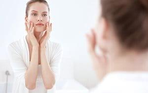 Realizar la limpieza es el primer paso, e importante, para el cuidado del acné y de las arrugas.