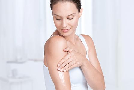 žena nanosi Eucerin Atopi Control njegu na ruke