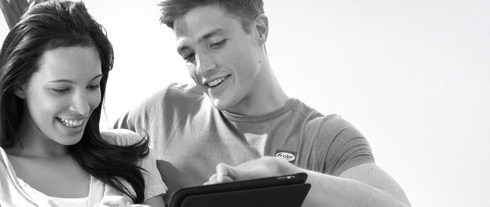 Een stel op een bank kijkt op een tablet