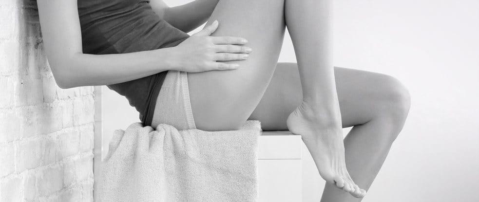 Corps de femme assis - le bras sur la cuisse