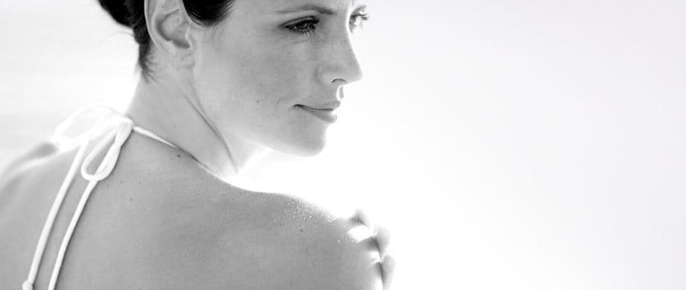 Žena se dívá přes rameno