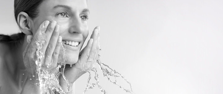 Женщина умывает лицо