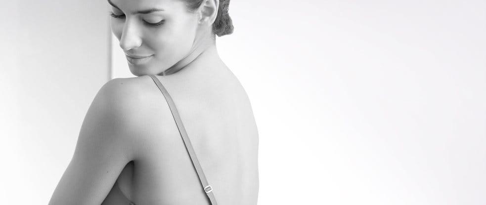 Een vrouw kijkt over haar schouder.