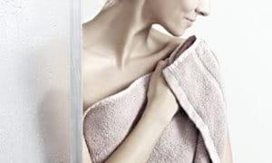 Een in een handdoek gewikkelde vrouw.
