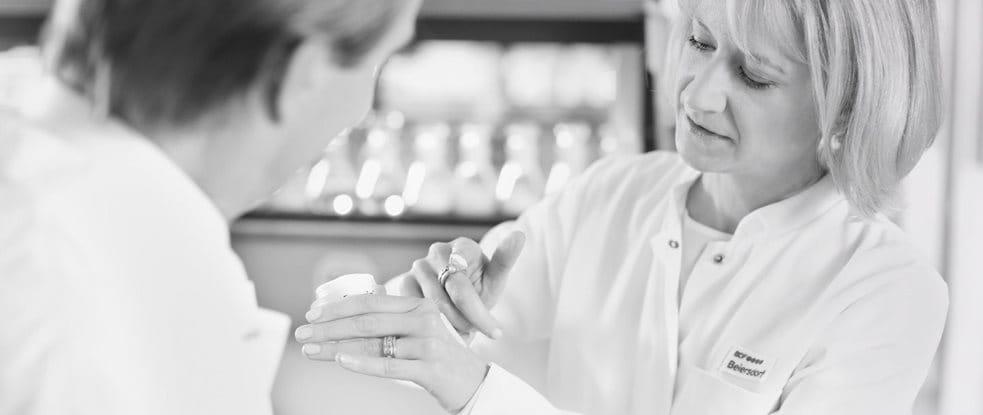 Zwei Wissenschaftler testen eine Pflege