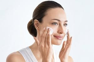نظّف البشرة قبل استخدام السيروم لعلاج فرط التصبغ