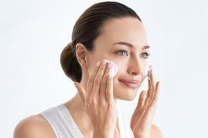Limpie la piel antes de aplicar la crema para manchas solares.