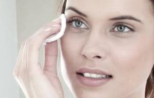 Reinig de huid voor het aanbrengen van pigmentverminderende crème