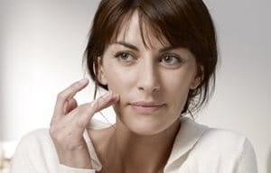 Mujer cuidándose las mejillas