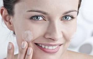 Женщина очищает лицо