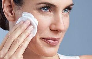 Donna che applica Eucerin DermatoCLEAN Latte Detergente Delicato