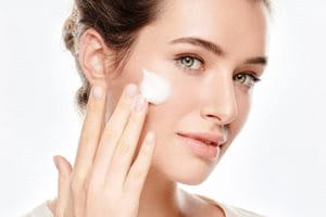 Použijte Eucerin Čisticí pleťové mléko nebo Čisticí pleťový gel