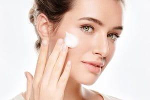 Koristite Eucerin Mleko za čišenje lica ili Matirajući gel za čišćenje