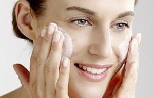 Mulher limpando seu rosto