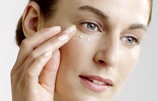 Utilize o creme contorno de olhos Eucerin