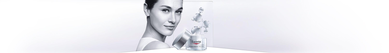 Donna che usa la crema viso anti-rughe