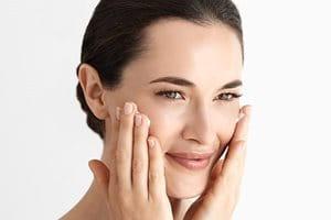 Mujer en una limpieza de cara