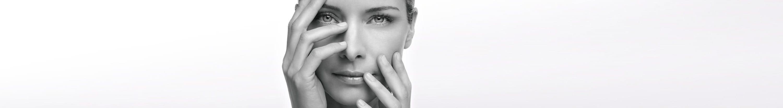 Žena drži element ispred svog lica