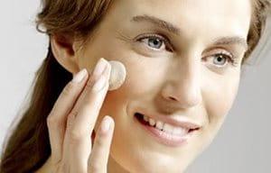 Vrouw gebruikt dagcrème