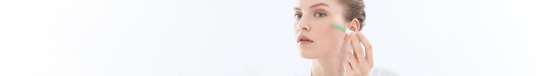 Merginos veidas kamuojamas aknės