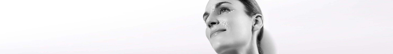 Frauen verwenden Anti-Falten-Creme