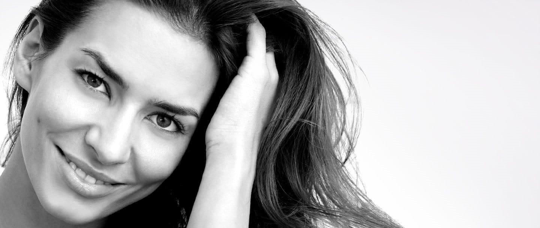 Het gezicht van een vrouw van middelbare leeftijd met lang donker haar