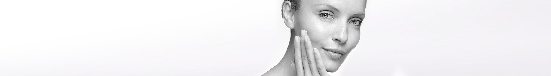 Mujer con piel hipersensible tocándose el rostro