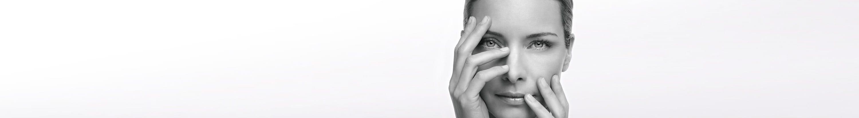 امرأة تعاني من بشرة حساسة