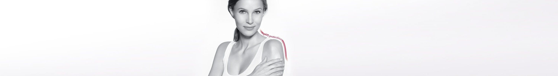 Mujer aplicándose loción en el hombro y foto del producto Eucerin pH5 Skin-Protection Lotion