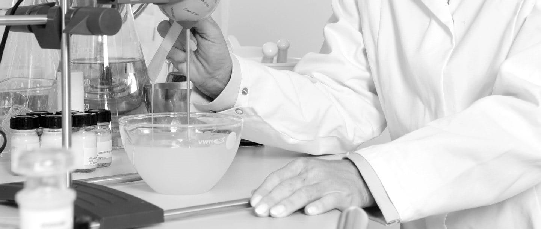 Kvinnlig forskare i laboratorium
