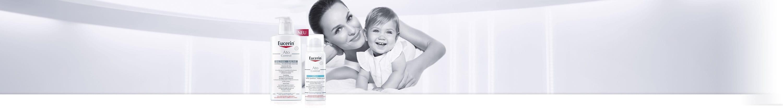 Femme portant un enfant dans ses bras