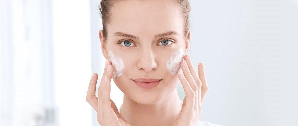 Cremes und Pflege bei Akne