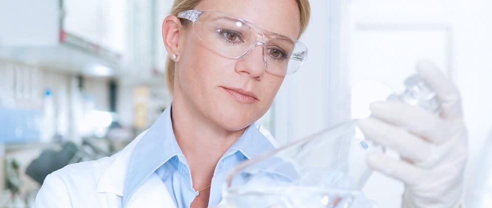 Wissenschaftlerin beobachtet.