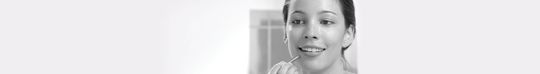 Mulher jovem a usar Eucerin DermoPURIFYER Cover Stick