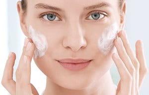 Reinig de huid voordat je de glycolzuurcrème aanbrengt